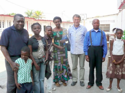 Dr. Willy Kuyitila und Manfred Paul mit den Familien der Stipendiaten